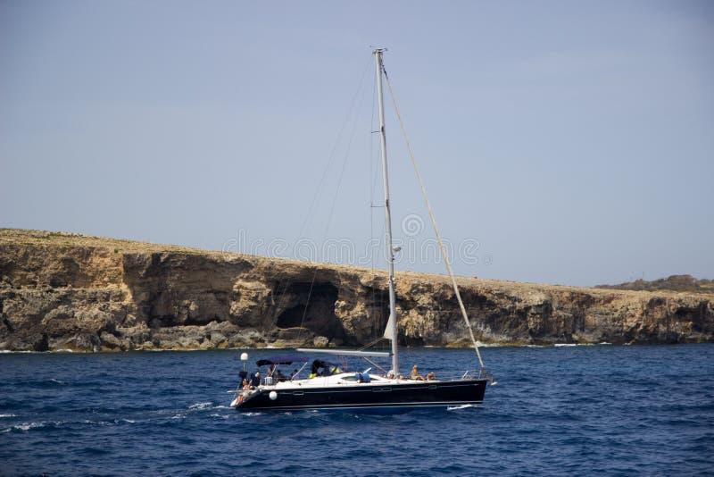 Yacht nära den Comino ön, Malta royaltyfri bild