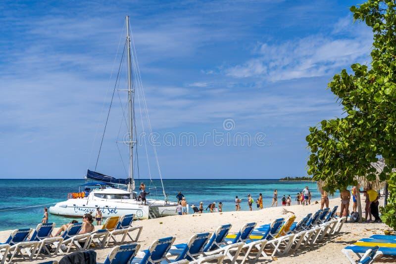 Yacht nära den strandPlaya anconen nära Trinidad fotografering för bildbyråer