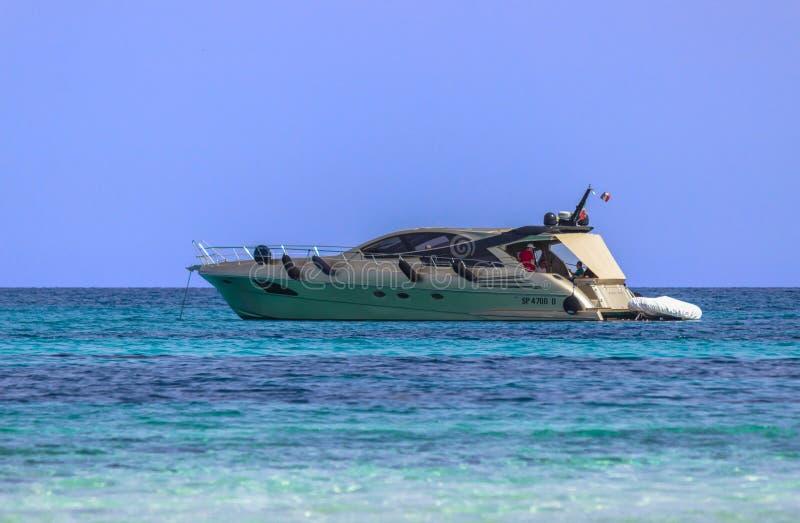 Yacht nära stranden arkivfoton