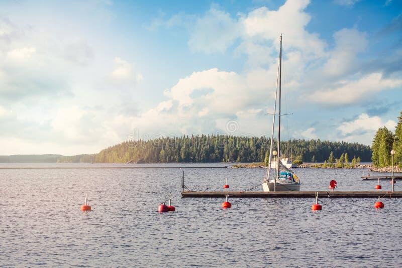 Yacht nahe dem Minipier auf See in Finnland An einem Sommerabend stockfotos