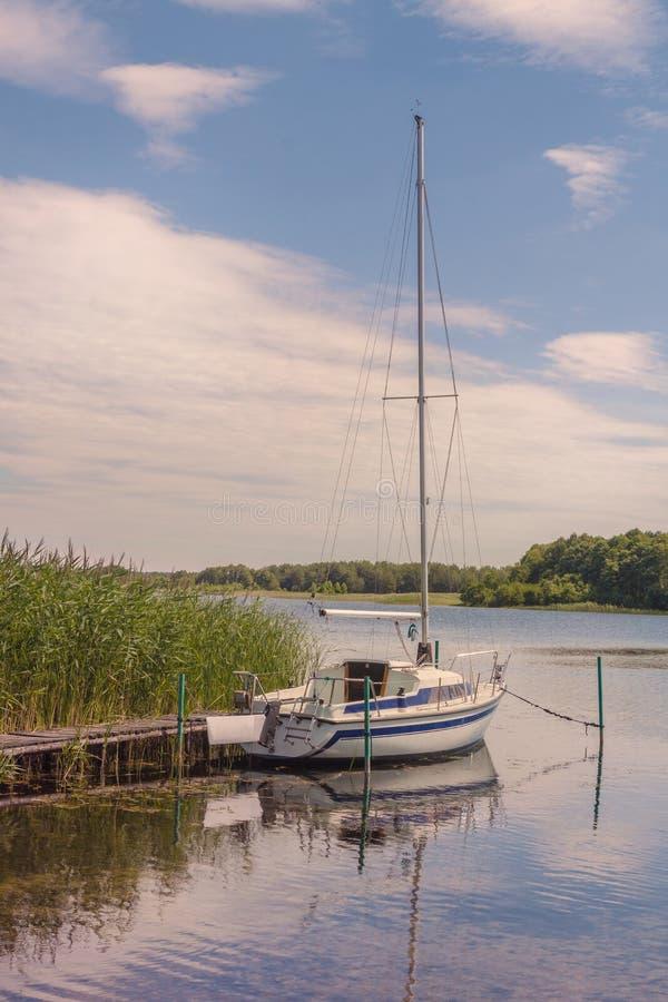 Yacht nahe dem Minipier auf See Svitiaz stockbilder
