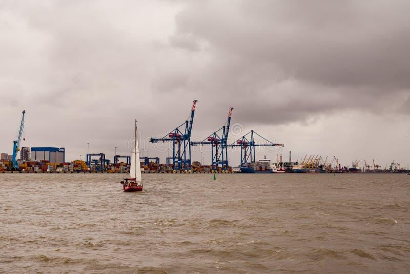 Yacht a navigação através do porto no dia ventoso imagens de stock royalty free