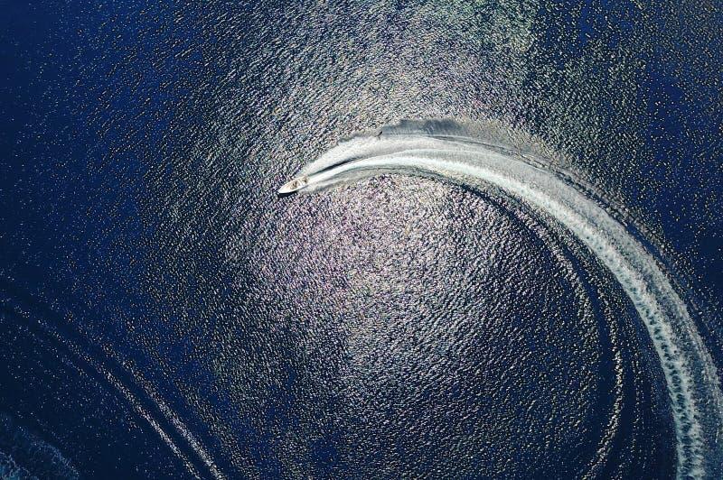 Yacht nel mare fotografie stock libere da diritti