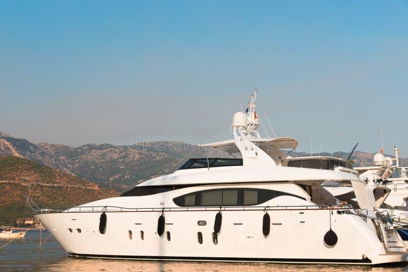 Yacht nella baia di Cattaro immagini stock