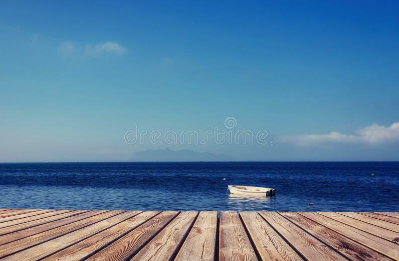 Yacht no fundo do mar e do céu foto de stock
