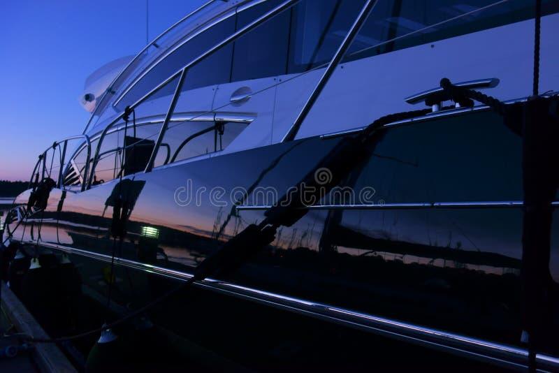 Yacht no porto após o por do sol em Finlandia imagem de stock