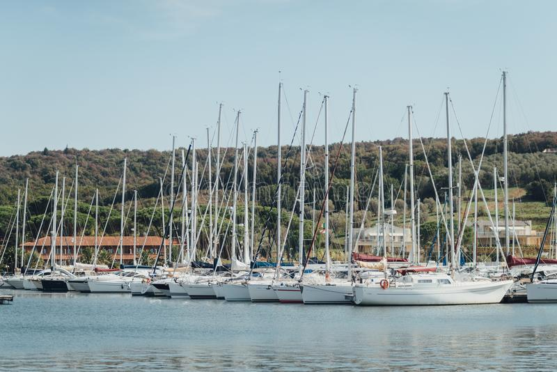 Yacht o estacionamento no porto, yacht club do porto em Marina di Scarlino foto de stock
