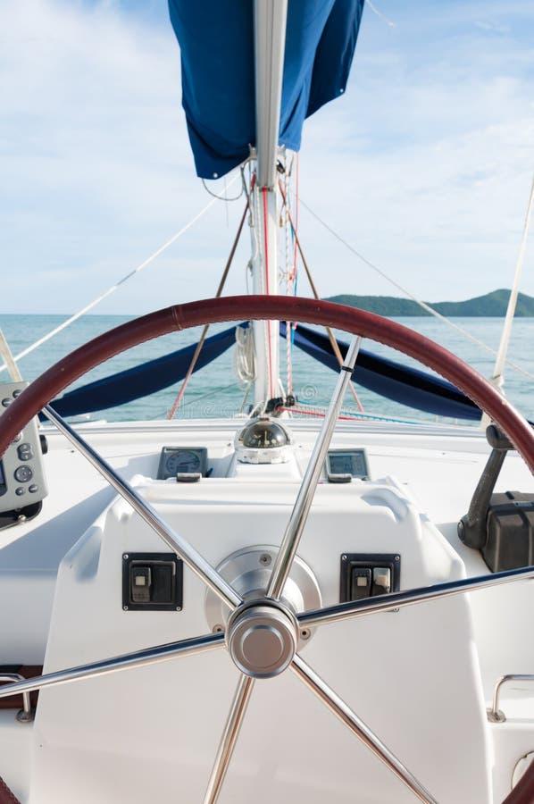 Yacht o volante e os controladores, viajando em uma vida luxuosa fotografia de stock royalty free