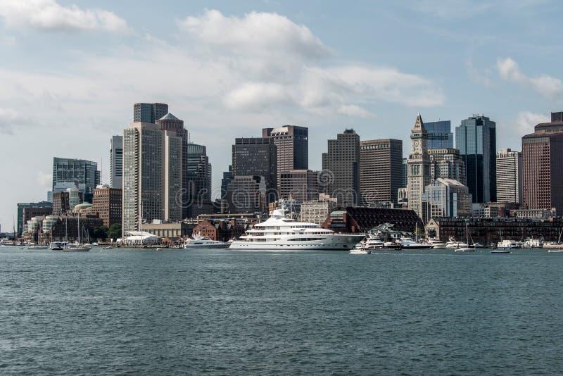 Yacht och segelbåtar på Charles River framme av Boston horisont i Massachusetts USA på en solig sommardag royaltyfri foto