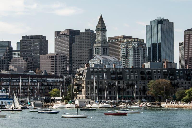 Yacht och segelbåtar på Charles River framme av Boston horisont i Massachusetts USA på en solig sommardag arkivbilder