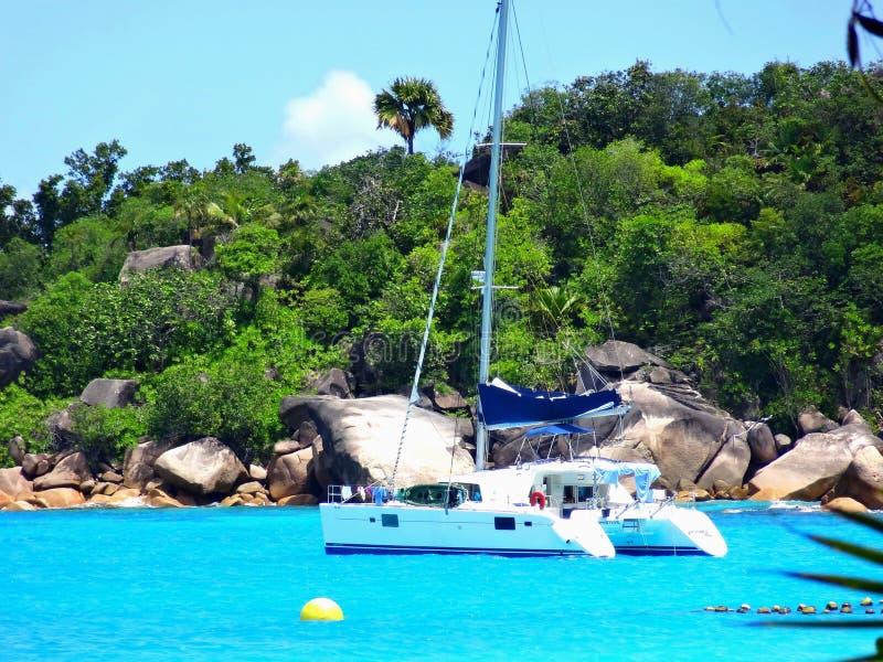 Yacht på ön arkivfoton