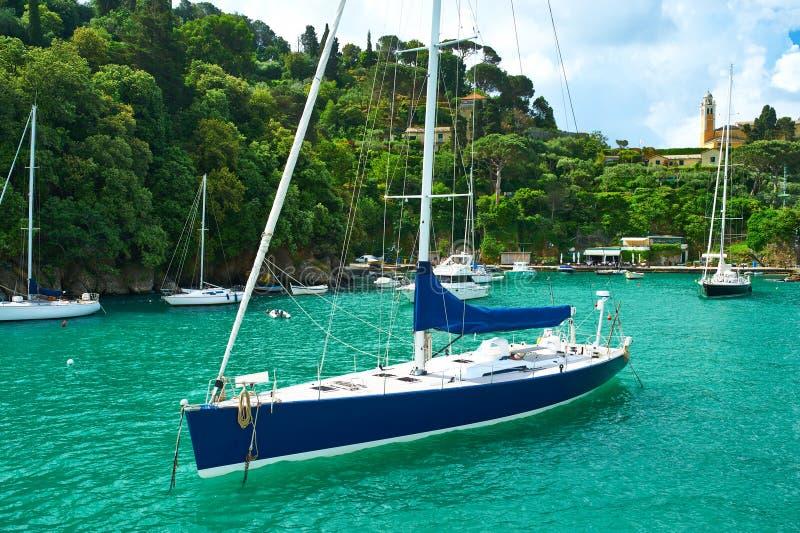 Yacht på den Portofino fjärden fotografering för bildbyråer