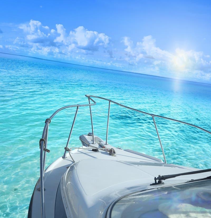 Yacht på det tropiska havet arkivfoton