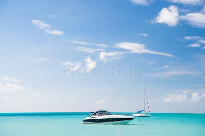 Yacht på det tropiska havet arkivbilder