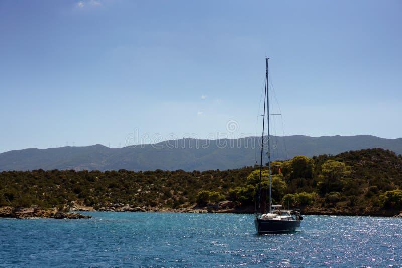 Yacht på ett ankare arkivbild