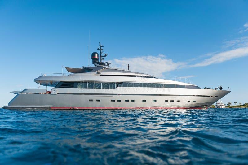 Yacht på havet royaltyfria bilder