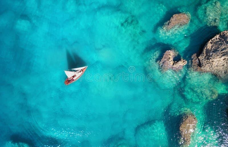 Yacht på havet från bästa sikt Aerail sikt på fartygen Havsbakgrund från bästa sikt Sommarseascape från luft arkivfoton