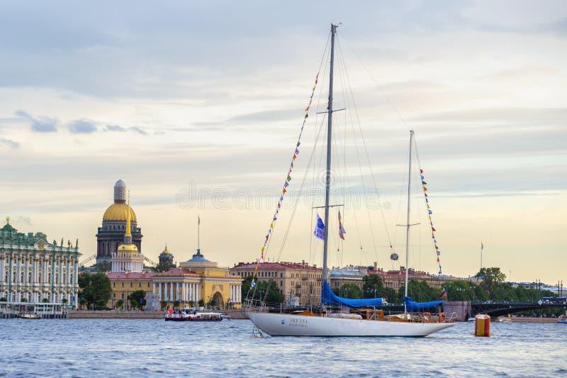 Yacht på Neva River royaltyfria foton