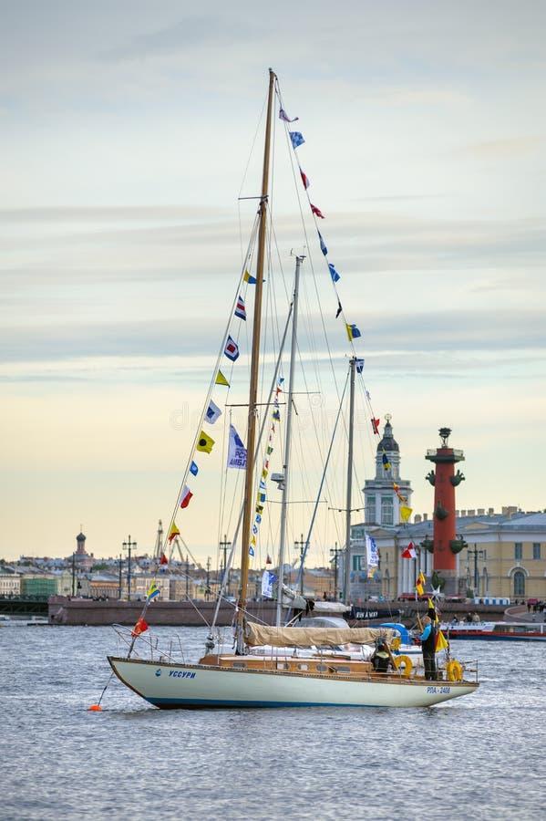 Yacht på Neva River royaltyfri fotografi
