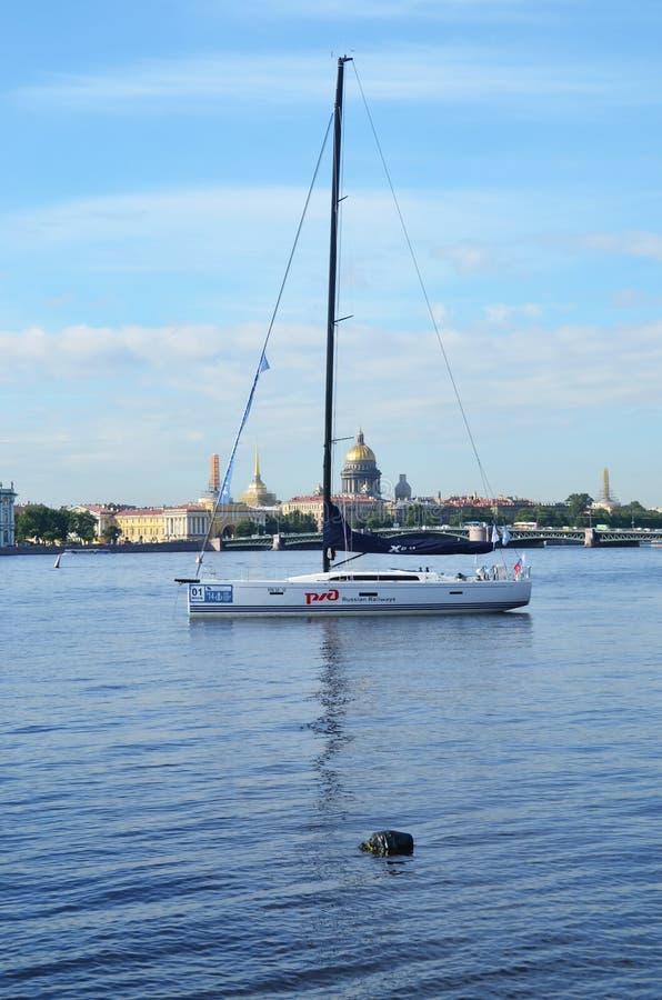 Yacht på Neva River fotografering för bildbyråer