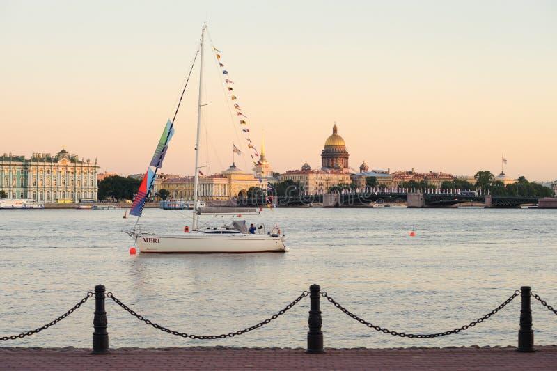 Yacht på Neva River arkivfoto