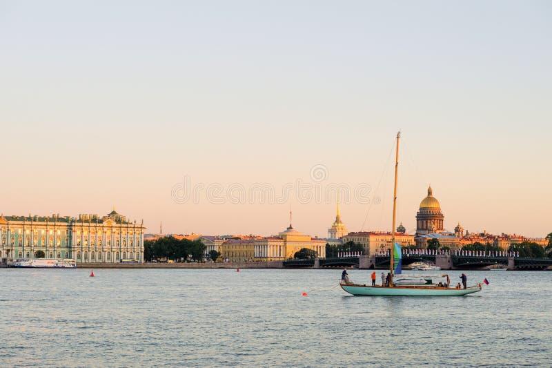 Yacht på Neva River royaltyfri foto