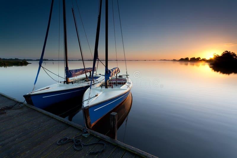 Yacht på sjöhamn på soluppgång arkivfoto