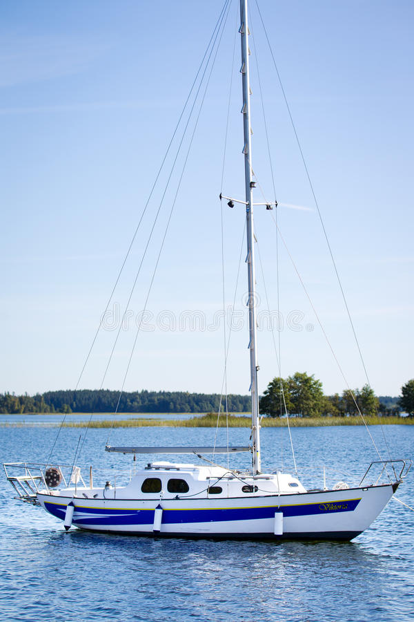 Yacht på sjön Plateliai, Litauen arkivbild