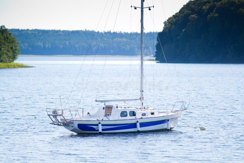 Yacht på sjön Plateliai, Litauen royaltyfri fotografi