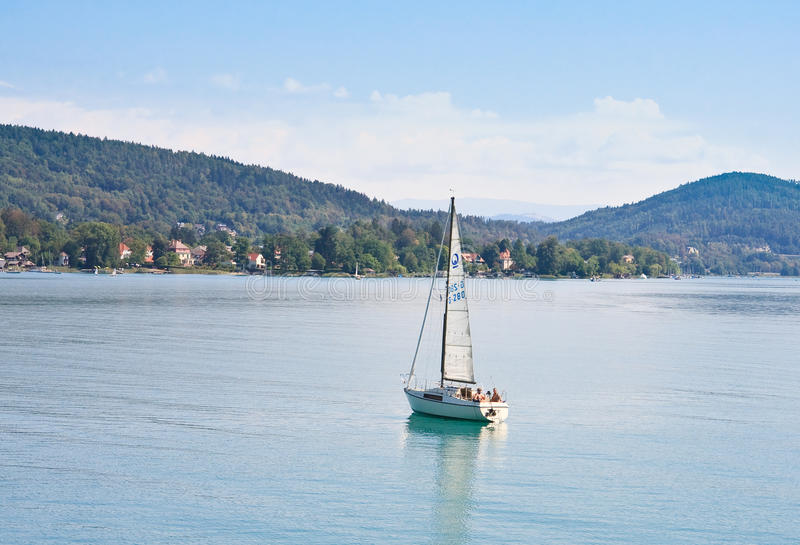 Yacht på sjövärde Österrike arkivfoto