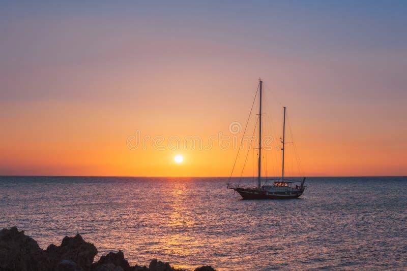 Yacht på soluppgång i medelhavet Rhodes ö Grekland arkivbilder