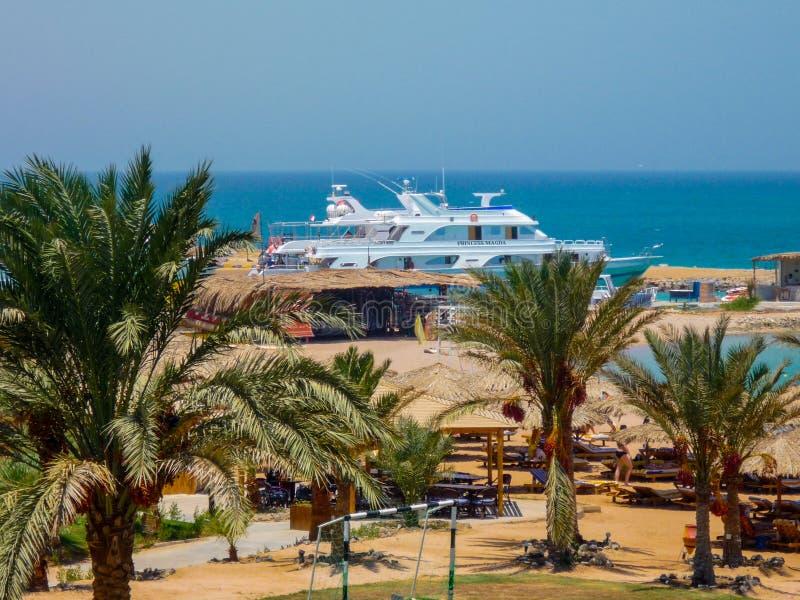 Yacht på turkosvatten som är klart att segla Egipet Hurghada Juli 2009 arkivbild