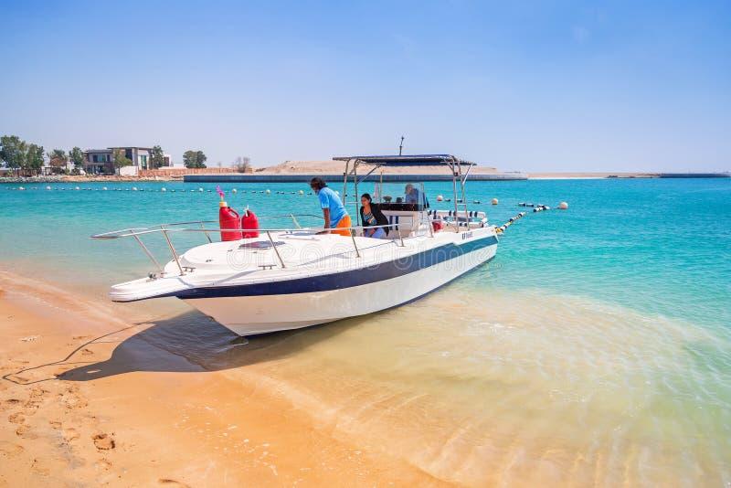 Yacht para o aluguel na praia em Abu Dhabi imagens de stock