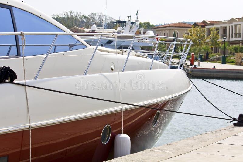 Yacht parkte in einem Jachthafen lizenzfreies stockfoto