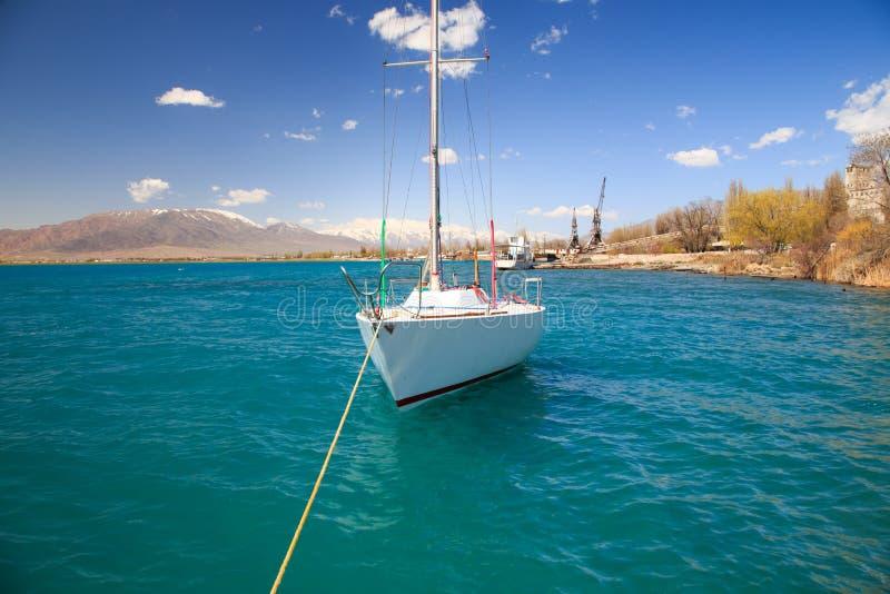 Yacht am Pier lizenzfreie stockfotos