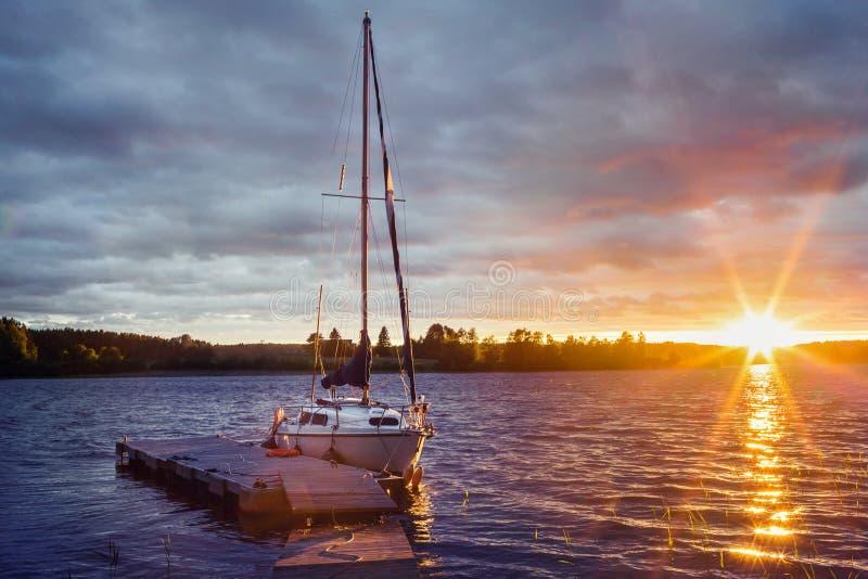 Yacht am Pier bei Sonnenuntergang lizenzfreies stockfoto