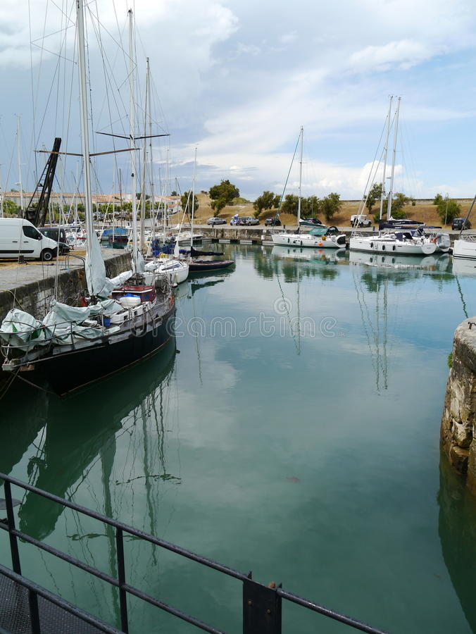 Yacht in porto in st Martin de Re, IL de re immagini stock libere da diritti