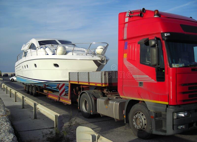 Yacht prêt à être transporté photo libre de droits