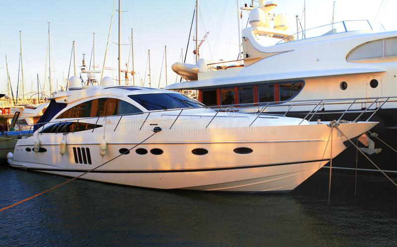 Yacht privé de luxe de moteur sur le jett photographie stock libre de droits
