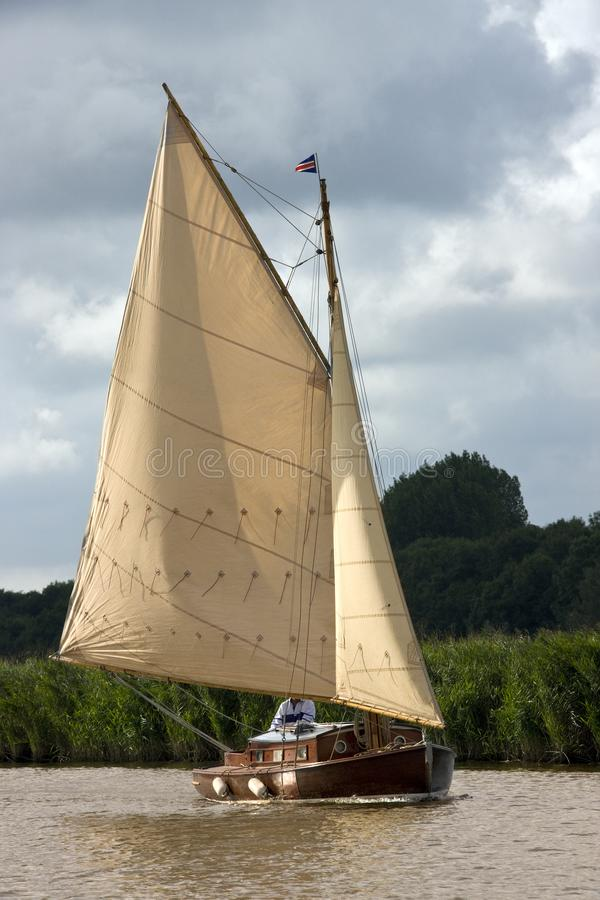 Yacht on the River Bure - Norfolk Broads - Angleterre photos libres de droits