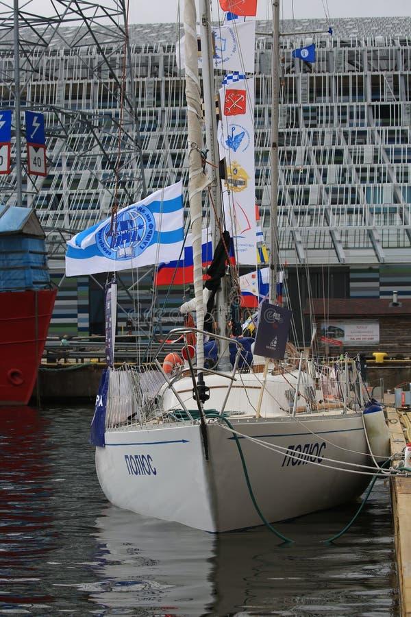 Yacht russe Polyus près du pilier photo stock