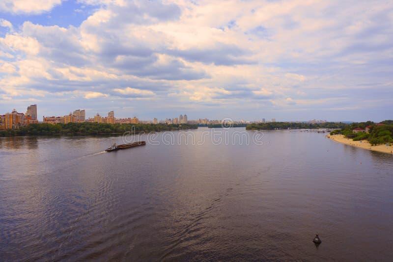Yacht Schiff, Boot geht auf Oberfläche des Dnieper Dnipro, Dnepr-Fluss vor dem hintergrund der Stadtwolkenkratzer stockfoto