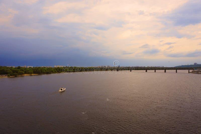 Yacht Schiff, Boot geht auf Oberfläche des Dnieper Dnipro, Dnepr-Fluss vor dem hintergrund der Stadtwolkenkratzer lizenzfreies stockfoto