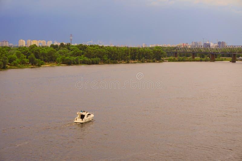 Yacht Schiff, Boot geht auf Oberfläche des Dnieper Dnipro, Dnepr-Fluss vor dem hintergrund der Stadtwolkenkratzer stockbilder
