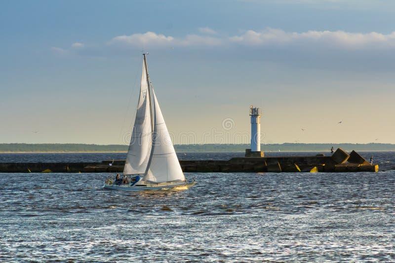 Yacht segelt vom Hafen zur Ostsee stockfoto