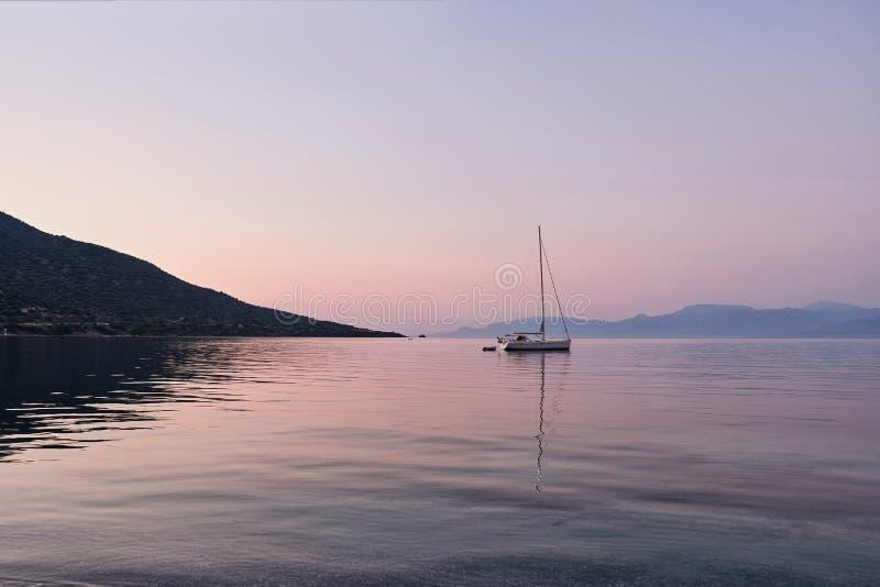 Yacht som ankras i golf av den Corinth fjärden på gryning, Grekland royaltyfri foto