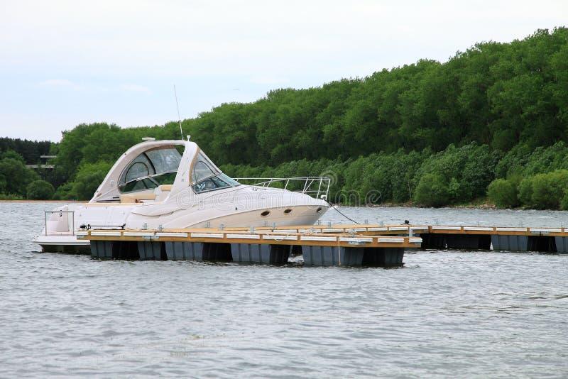 Yacht som ankras på marina royaltyfri fotografi