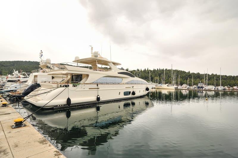 Yacht som ankras på marina Segelbåthamnen, förtöjde många seglar yachter i havsporten, modern vattentransport, sommartidsemester royaltyfria bilder