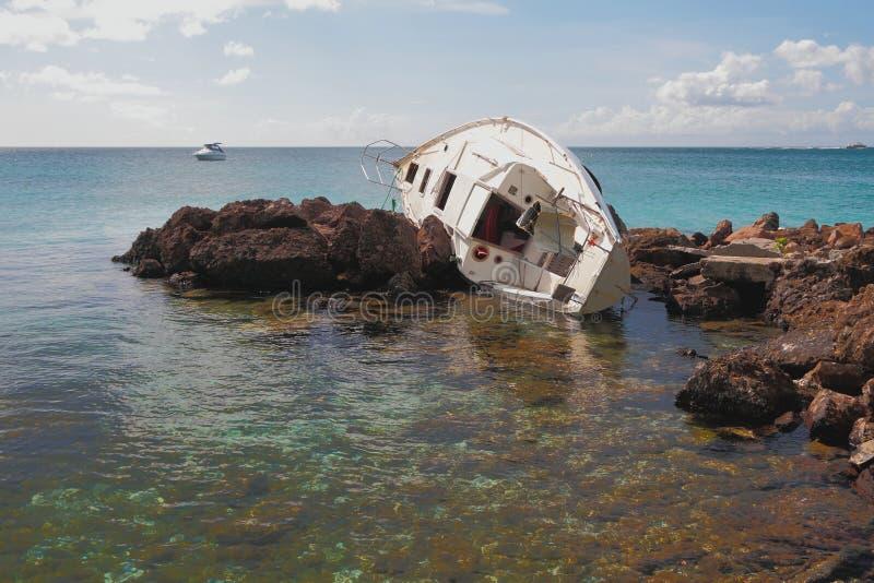 Yacht som har kraschat Pointe-du-anfall Martinique arkivbild