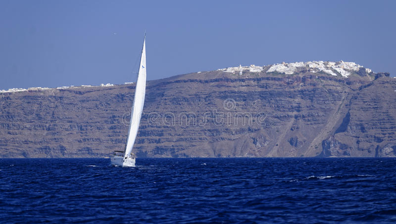 Yacht som seglar av den Santorini ön arkivbild